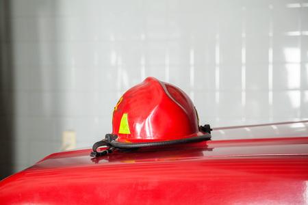casco rojo: Primer plano de casco rojo en el carro en la estación de bomberos