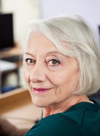 mujeres ancianas: Retrato de la mujer mayor feliz en la clase de computación