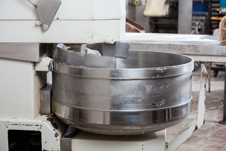 Gros plan du mélangeur à pâte en boulangerie