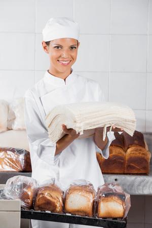 Ritratto di fiducia fette di pane panettiere partecipazione femminile in forno photo