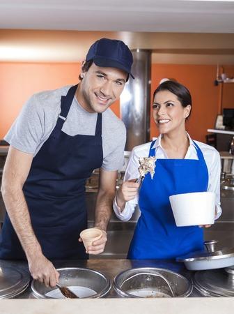obrero trabajando: Retrato de la sonrisa trabajador trabajo con un compañero de trabajo en el contador en una heladería