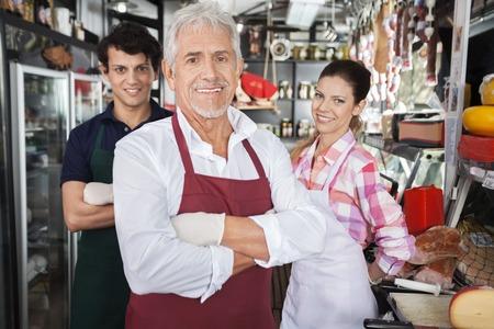 Ritratto di venditori fiducioso nel negozio di formaggio Archivio Fotografico