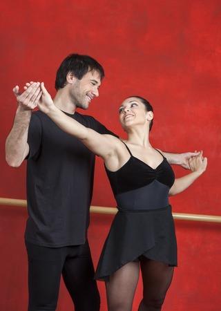 ballet hombres: Maestra y bailarina mirando el uno al otro mientras se practica en la sala de ensayo Foto de archivo