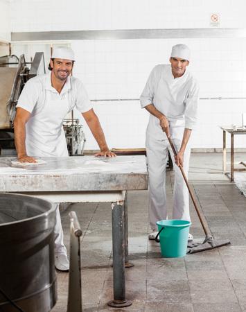 Retrato de panadero confiado masculino en panadería de limpieza uniforme Foto de archivo