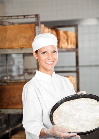 Ritratto di fiducia vassoio di pasta panettiere partecipazione femminile al forno photo