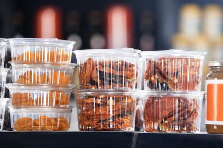 envases plasticos: Primer plano de los higos secos y el chile rojo en los contenedores de comida para llevar en la tienda en supermercado