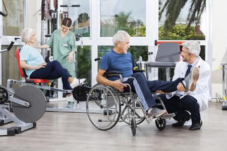 fisioterapisti maschili e femminili guida ai pazienti di esercitare al di riabilitazione centro fitness