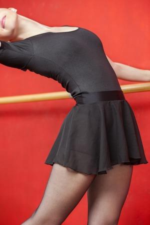 tänzerin: Mittlerer Teil der weiblichen Tänzer Röckchen tragen, während Stretching am Barre im Studio