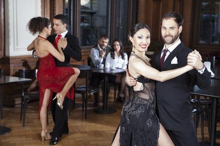 Porträt zuversichtlich Mitte erwachsenen Mann und Frau Durchführung Tango im Restaurant