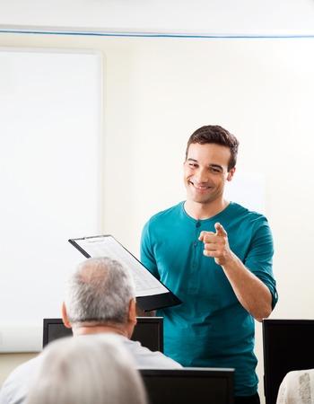 tutor: Feliz var�n joven toma tutor conferencia en clase del ordenador