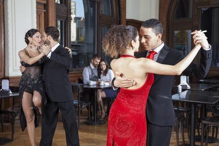bailarines masculinos y femeninos que hacen tango mientras dating en el restaurante