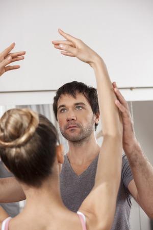 ballet hombres: Macho adulto medio del ballet de la enseñanza entrenador para la bailarina en el estudio