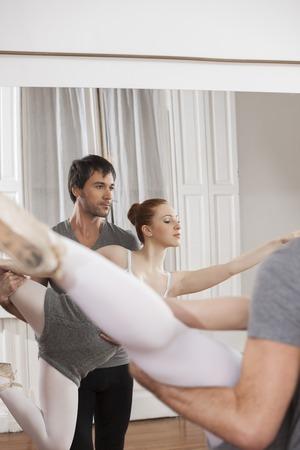 ballet hombres: Reflejo de mediados formador de adultos practicando con bailarina en el estudio de danza