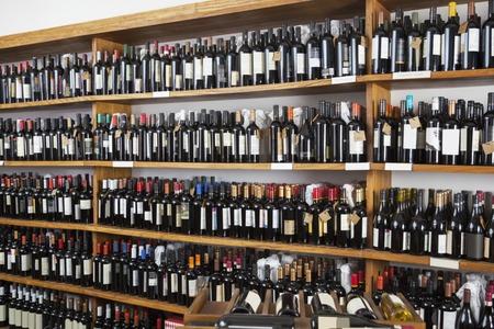 bouteille de vin: Les bouteilles de vin affichés sur les étagères dans le restaurant