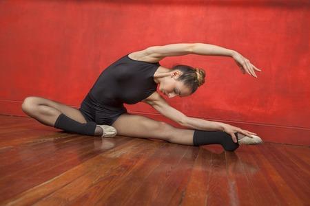pleine longueur de femme danseuse de ballet pratiquer sur le plancher de bois franc en studio