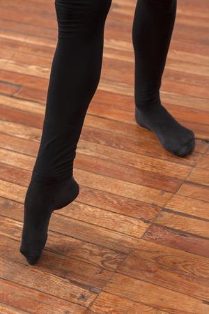 ballet hombres: Sección baja de instructor de ballet masculino que se realiza en suelo de madera Foto de archivo