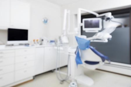 imagen desenfocada de la silla del dentista moderno en la clínica vacía