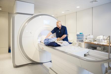 resonancia magnetica: Hombre mujer que se prepara para el radiólogo Imagen de resonancia magnética en el hospital Foto de archivo