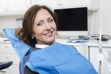 comunicacion oral: Retrato de la sonrisa paciente femenina sentada en la cl�nica del dentista