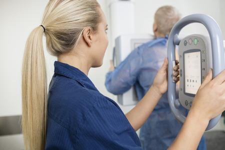 Prendendo professionale femminile Raggi X della paziente di sesso maschile photo