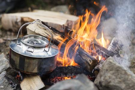 campamento: Primer plano de la olla metálica en la hoguera Foto de archivo