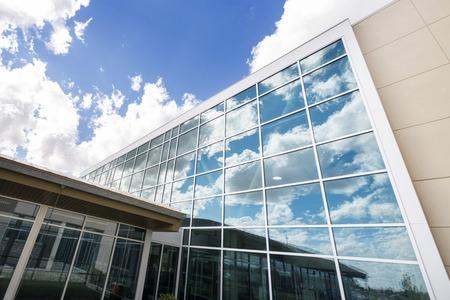 Moderní budova nemocnice s prosklenými Windows