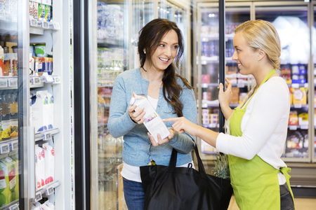 여성 고객이 제품을 선택하도록 지원하는 영업 사원