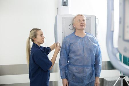 Radiologo Prendendo Xray Di Paziente Maschio In Ospedale photo