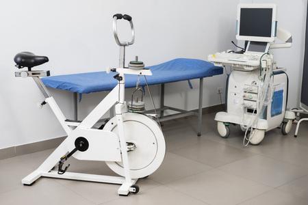Máquina de ultrasonido con cama de examen y bicicleta estática