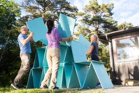 Vrienden Die Piramide Met Houten Planken In Bos Bouwen Stockfoto