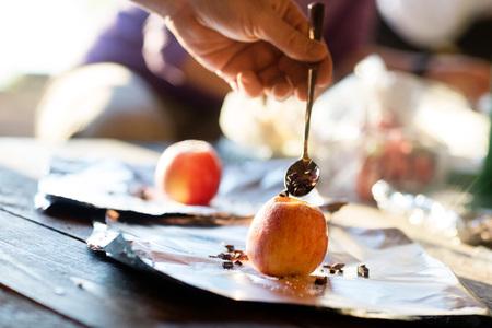 Mano Riempire Chip Chocolate Into Apple Archivio Fotografico