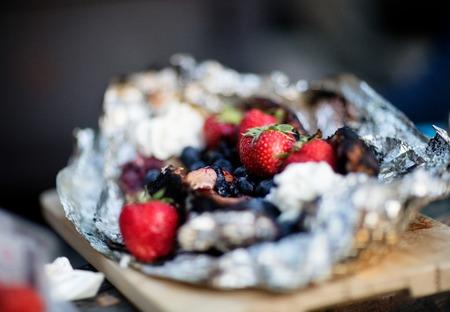 Primo piano del dessert della bacca in di alluminio