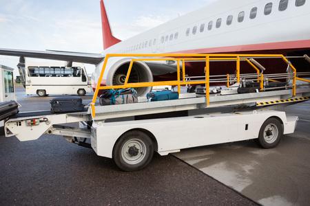 Bagagli sul nastro trasportatore scaricato