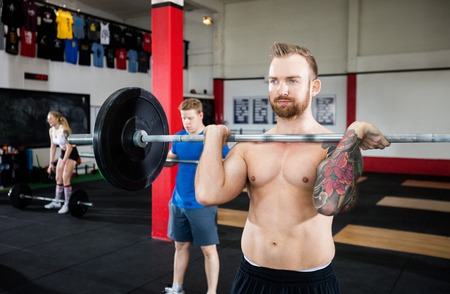 Man Weightlifting In Gym Standard-Bild