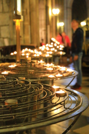luz de velas: Luz de las velas en Notre Dame de Par�s Editorial