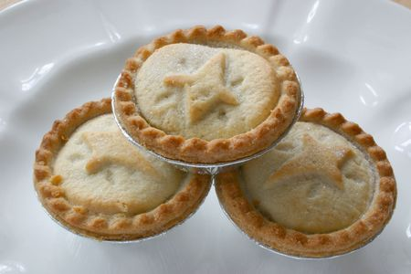 minced pie: three fruit pies stacked on each other on a white plate Stock Photo