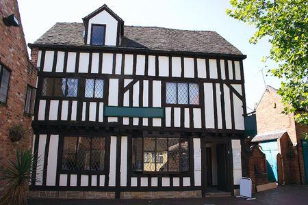 backstreet: Tudor viejo edificio con sus detalles de madera Foto de archivo