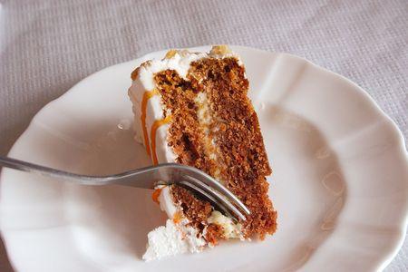 chuparse los dedos: Pedazo de pastel de zanahoria cortadas con un tenedor  Foto de archivo