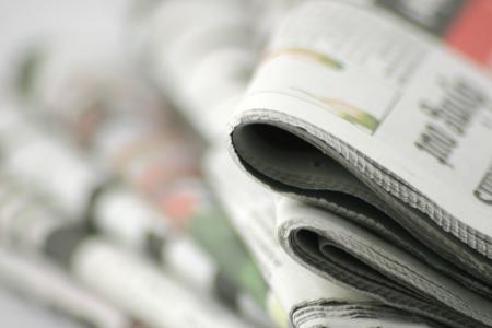 informait: Journaux en d�tail devant une pile de papiers  Banque d'images