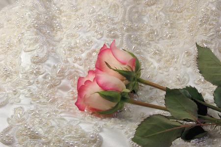 bridal gown: rosas de perlas embroideredsatin bata de nupcial