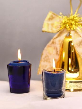 flickering: encendi� velas parpadeo alrededor de la campana de Navidad decorativo Foto de archivo