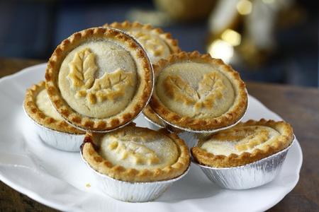weihnachtskuchen: frisch gebackene eingerichteten Mince Pies auf einem Teller Servierfertig