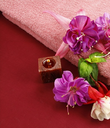 scented candles and beautiful flowers set the scene for a relaxation period Stock Photo - 11090427