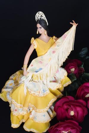 danseuse flamenco: Femme danseuse de flamenco tenant un foulard avec des roses rouges à ses pieds sur un fond noir