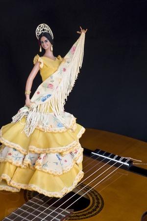 danseuse flamenco: Femme poup�e danseuse de flamenco espagnol la tenue d'une danse �charpe au-dessus du visage d'une guitare classique