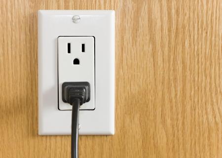 outlets: La toma de corriente con el cable de alimentaci�n y enchufe contra el revestimiento de madera