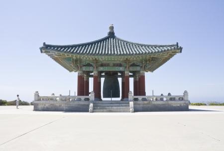 bell bronze bell: La Rep�blica de Corea ha presentado esta gigantesca campana de bronce al pueblo estadounidense en el bicentenario de los EE.UU. y como s�mbolo de la amistad entre los dos pa�ses se sigue el modelo de la Campana Divina del Rey Seongdeok la Gran Silla y fue hecho para