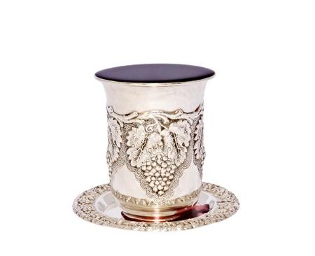 shabat: Fiesta jud�a kidush taza taza de plata con plato lleno a rebosar de vino p�rpura aislado en un fondo blanco
