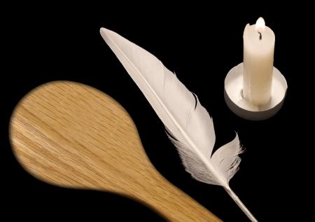 pesaj: Spoon, pluma, vela La noche antes de la Pascua, una costumbre es buscar en el hogar para las migas de comida fermentada con una vela, pluma blanca, y una cuchara de madera se llama este ritual religioso bedikat jametz Los tres objetos se encuentran aislados en negro