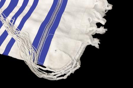 shabat: Talit chal, la oraci�n jud�a para la observancia religiosa de lana blanca prenda de tela con nudos y flecos usados ??por los hombres jud�os durante los servicios de oraci�n rayas azules indican estilo sefard� y la costumbre Aislado en un fondo negro